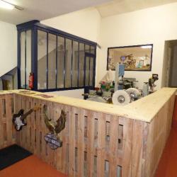 Les machines à bois et la cabine de vernis dans le fond